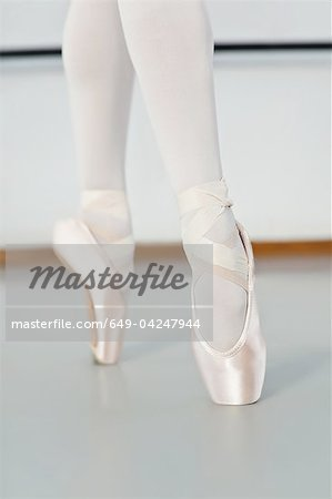 Ballet dancer standing on pointe Stock Photo - Premium Royalty-Free, Image code: 649-04247944