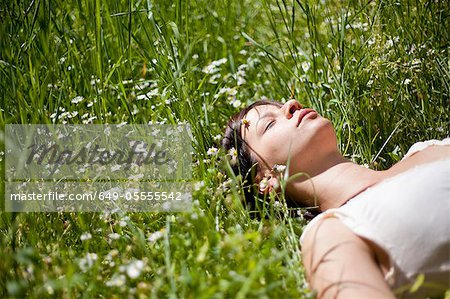 Woman asleep in tall grass Stock Photo - Premium Royalty-Free, Image code: 649-05555542