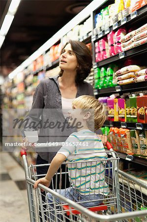 Woman grocery shopping with son Stock Photo - Premium Royalty-Free, Image code: 649-05657461