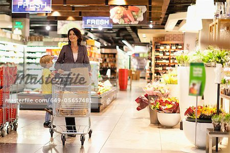 Woman grocery shopping with son Stock Photo - Premium Royalty-Free, Image code: 649-05657481