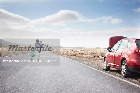 Family leaving broken down car on road Stock Photo - Premium Royalty-Free, Image code: 649-05950793