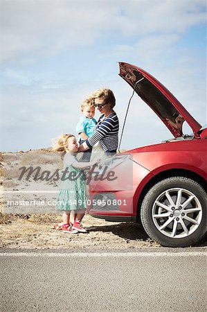 Family sitting by broken down car Stock Photo - Premium Royalty-Free, Image code: 649-05950801