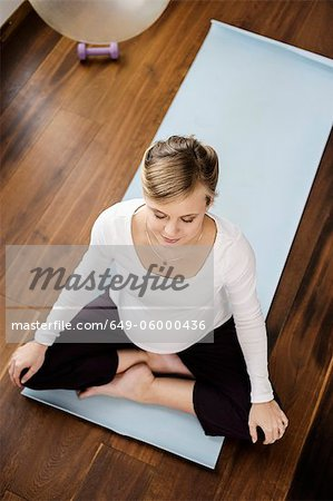 Pregnant woman practicing yoga on mat Stock Photo - Premium Royalty-Free, Image code: 649-06000436