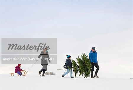 Family walking together in snow Stock Photo - Premium Royalty-Free, Image code: 649-06001301