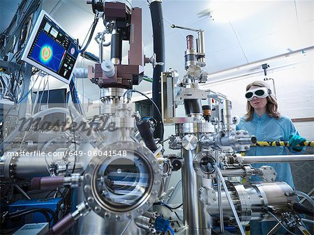 Scientist using vacuum chamber in lab Stock Photo - Premium Royalty-Free, Image code: 649-06041548