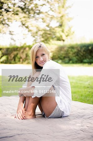Woman sitting on blanket in park Stock Photo - Premium Royalty-Free, Image code: 649-06112548