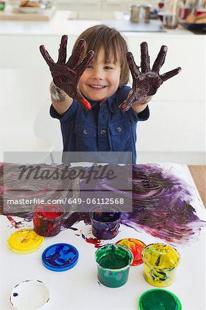 Boy finger painting on paper Stock Photo - Premium Royalty-Free, Image code: 649-06112568