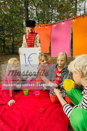 Children selling self-made drinks Stock Photo - Premium Royalty-Free, Image code: 649-06489432