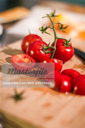 Chopped tomatoes on cutting board Stock Photo - Premium Royalty-Free, Image code: 649-06489665