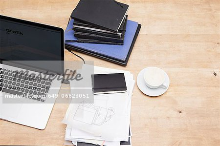 Laptop with books and coffee cup Stock Photo - Premium Royalty-Free, Image code: 649-06623051
