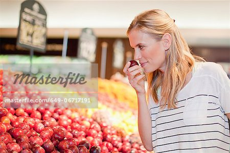 Woman shopping in grocery store Stock Photo - Premium Royalty-Free, Image code: 649-06717191