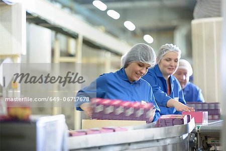 Workers packing in biscuit factory Stock Photo - Premium Royalty-Free, Image code: 649-06717678