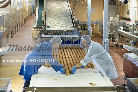 Workers packing in biscuit factory Stock Photo - Premium Royalty-Free, Image code: 649-06717679