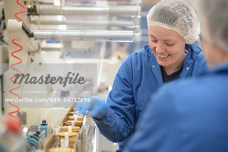 Worker packing in biscuit factory Stock Photo - Premium Royalty-Free, Image code: 649-06717696