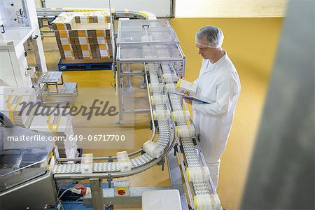 Worker packing in biscuit factory Stock Photo - Premium Royalty-Free, Image code: 649-06717700