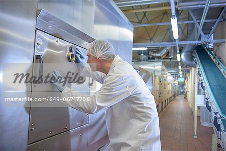 Worker examining oven in biscuit factory Stock Photo - Premium Royalty-Free, Image code: 649-06717706