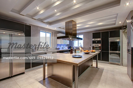 Luxury kitchen in wealthy home Stock Photo - Premium Royalty-Free, Image code: 649-06829412