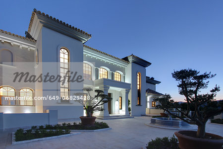 Illuminated luxury villa at dusk Stock Photo - Premium Royalty-Free, Image code: 649-06829428