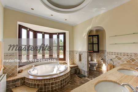 Luxury bathroom in villa Stock Photo - Premium Royalty-Free, Image code: 649-06829429