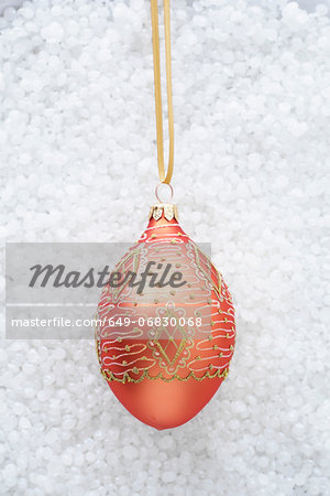 Red bauble with gold decoration Stock Photo - Premium Royalty-Free, Image code: 649-06830068