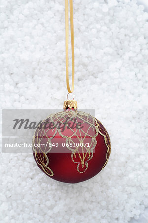 Red bauble with gold decoration Stock Photo - Premium Royalty-Free, Image code: 649-06830071