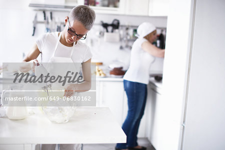 Woman using electric whisk Stock Photo - Premium Royalty-Free, Image code: 649-06830162