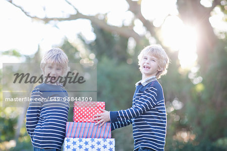 Twin boys with birthday gifts Stock Photo - Premium Royalty-Free, Image code: 649-06844309