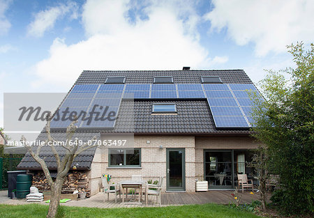 Detached bungalow with solar panels on roof Stock Photo - Premium Royalty-Free, Image code: 649-07063497