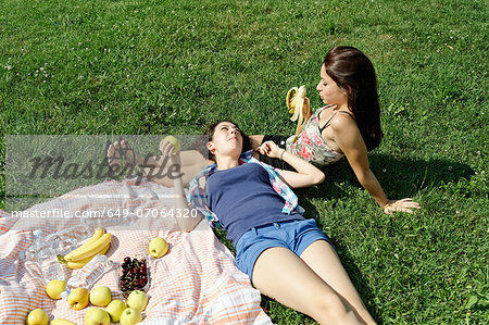 Two young females sharing a picnic Stock Photo - Premium Royalty-Free, Image code: 649-07064320