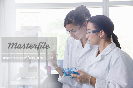 Biology students working in lab Stock Photo - Premium Royalty-Free, Image code: 649-07064913