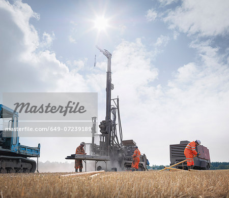 Workers and drilling rig exploring for coal in field Stock Photo - Premium Royalty-Free, Image code: 649-07239189