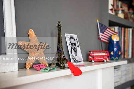 Living room mantelpiece with travel souvenirs Stock Photo - Premium Royalty-Free, Image code: 649-07437027