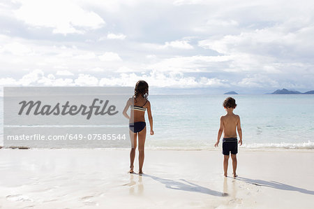 Brother and sister looking out to sea Stock Photo - Premium Royalty-Free, Image code: 649-07585544
