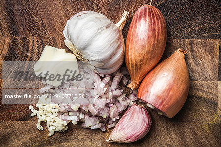 Ingredients for making green curry paste - onion, garlic Stock Photo - Premium Royalty-Free, Image code: 649-07710501