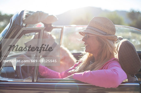 Mature woman and dog, in convertible car Stock Photo - Premium Royalty-Free, Image code: 649-08125545