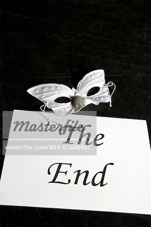 A mask and a sign for 'The End' on a theater stage Stock Photo - Premium Royalty-Free, Image code: 653-01665917