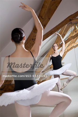 A ballet dancer posing in front of a mirror in a ballet studio Stock Photo - Premium Royalty-Free, Image code: 653-03334261