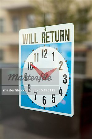 A WILL RETURN sign hanging in the window of a shop door Stock Photo - Premium Royalty-Free, Image code: 653-05393112