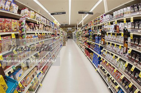 An aisle of a grocery store, diminishing perspective Stock Photo - Premium Royalty-Free, Image code: 653-05976767