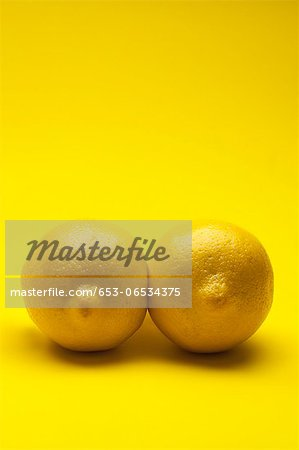Two lemons arranged to look like a pair of breasts Stock Photo - Premium Royalty-Free, Image code: 653-06534375
