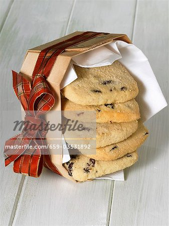 Raisin shortbread in a woodchip basket with ribbon Stock Photo - Premium Royalty-Free, Image code: 659-03531892
