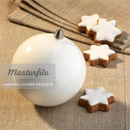 Cinnamon stars and white a Christmas bauble Stock Photo - Premium Royalty-Free, Image code: 659-06152008