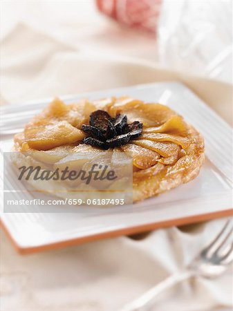 Individual Apple Fig Tart on a Square Plate Stock Photo - Premium Royalty-Free, Image code: 659-06187493