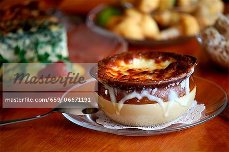 Bowl of French Onion Soup on a Glass Plate Stock Photo - Premium Royalty-Free, Image code: 659-06671191