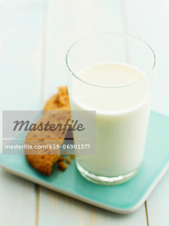 A glass of milk and biscuits Stock Photo - Premium Royalty-Free, Image code: 659-06901377