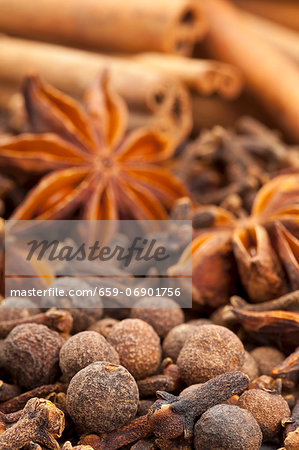 Winter spices (cloves, allspice, star anise, cinnamon) Stock Photo - Premium Royalty-Free, Image code: 659-06901756