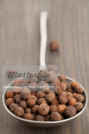 A spoon full of allspice berries Stock Photo - Premium Royalty-Free, Image code: 659-06901759