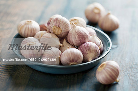 Two Garlic Bulbs; One Broken Stock Photo - Premium Royalty-Free, Image code: 659-06902689