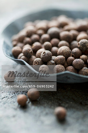 Allspice berries in a small bowl Stock Photo - Premium Royalty-Free, Image code: 659-06903242