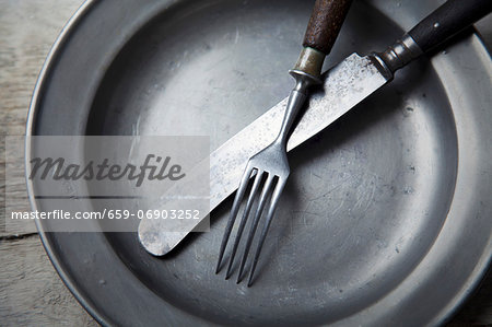 A tin plate with silver cutlery Stock Photo - Premium Royalty-Free, Image code: 659-06903252
